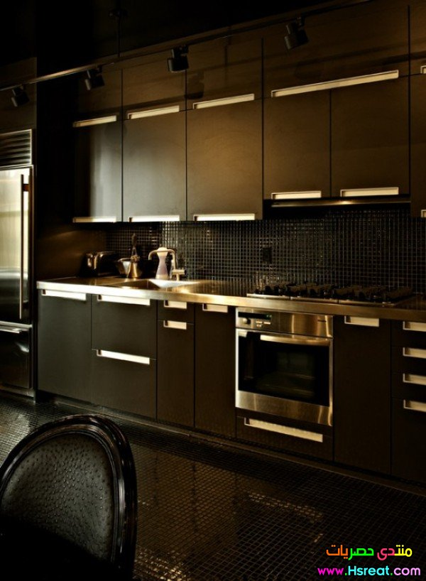 interior-design-ideas-small-apartment-entirely-black-kitchen-view-picture-01.jpg
